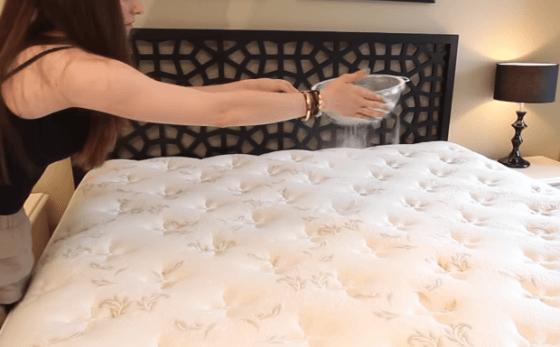 Соду рассыпают над кроватью