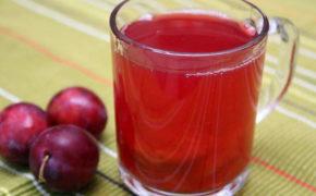 Сок сливы в прозрачном стакане