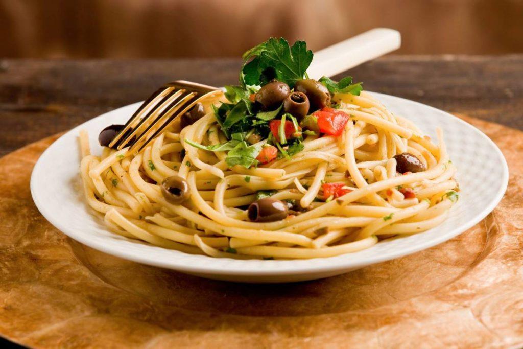 Спагетти с оливками
