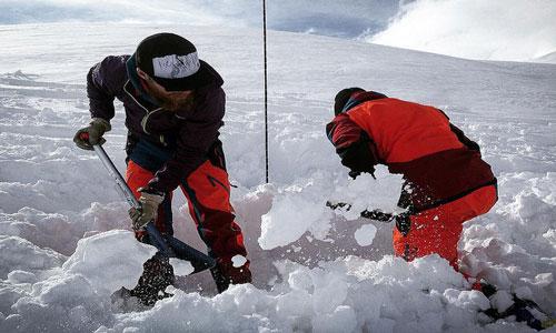 Спасатели расчищают обрушившуюся снежную лавину