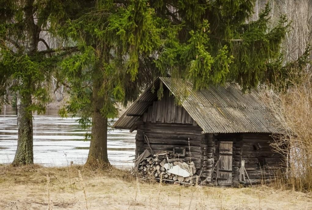 Старое строение на берегу реки