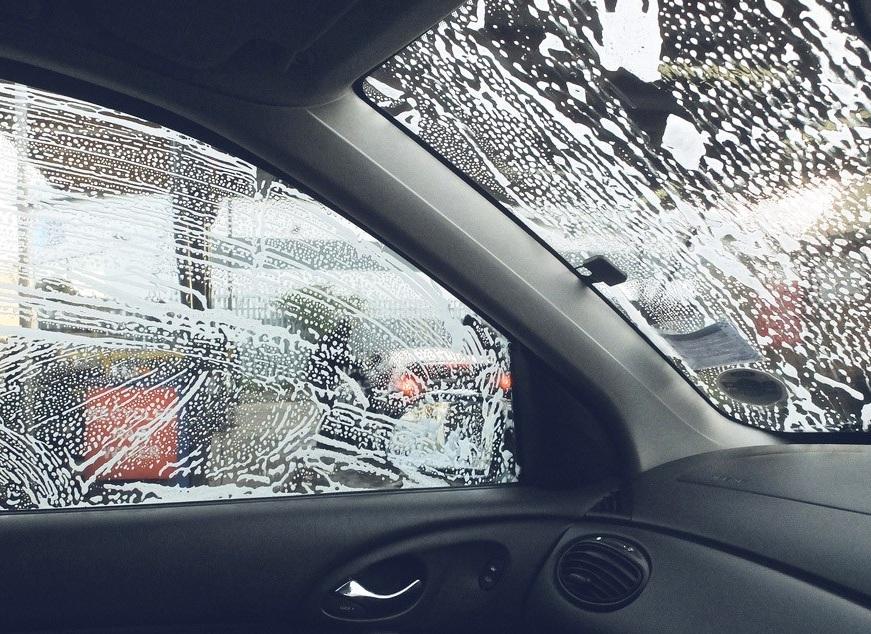 Стёкла автомобиля, покрытые мыльной пеной
