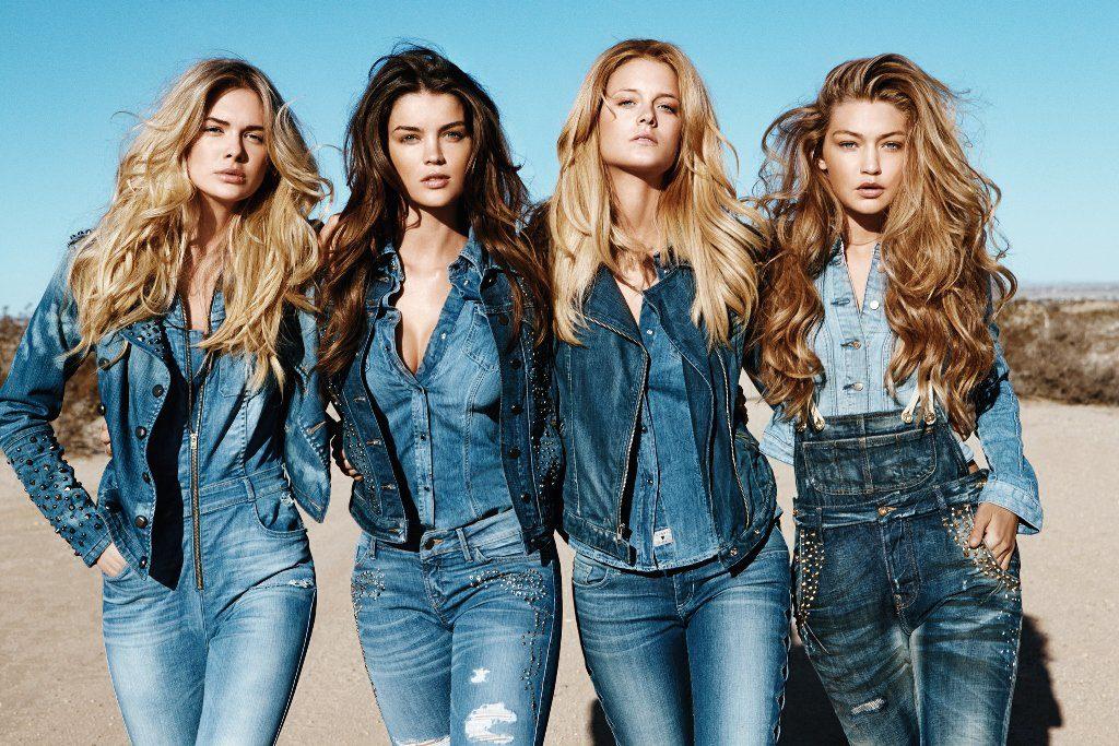 Девушки в стильной джинсовой одежде