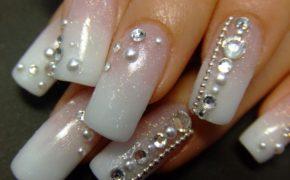 Стразы на длинных ногтях