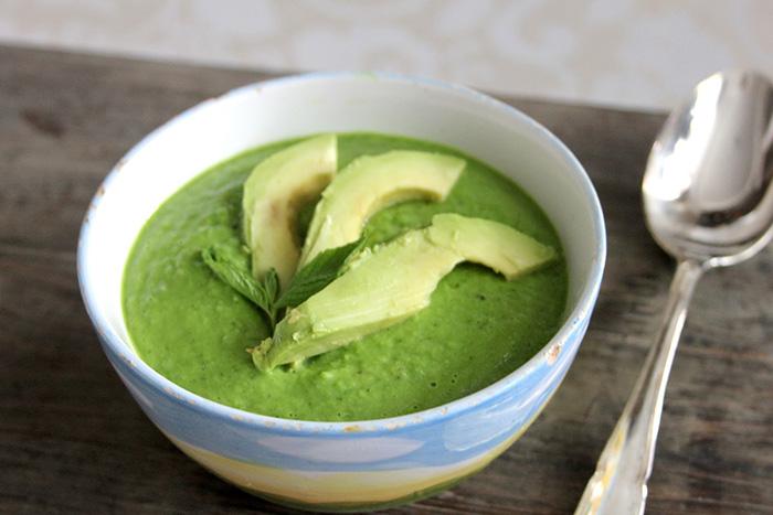 Суп-пюре с авокадо в белой тарелке
