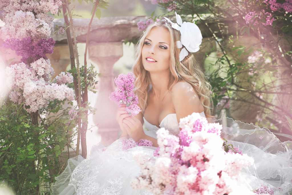 Девушка в свадебном платье среди цветов
