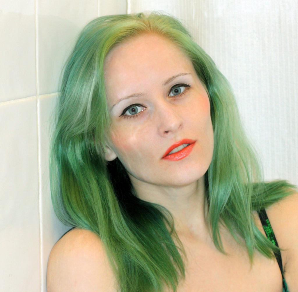 Светлые волосы с зеленоватым оттенком