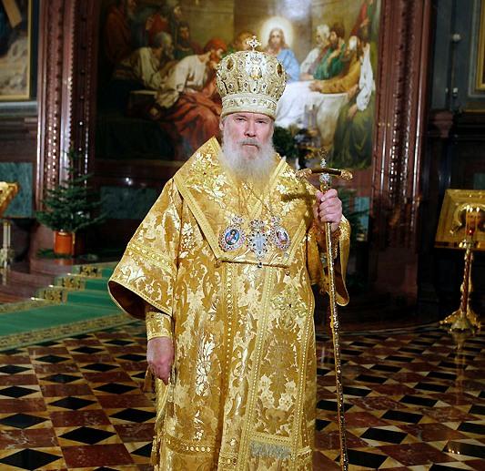 Священник в праздничных одеждах