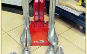 Механическое приспособление и разные виды колодок для увеличения размера обуви