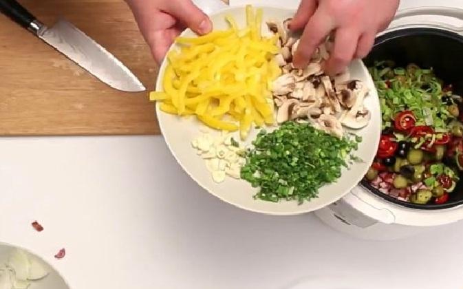 Тарелка с шампиньонами, болгарским перцем, зеленью и чесноком