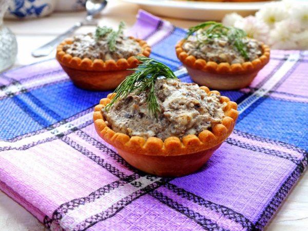 Тарталетки с куриной печенью и овощами