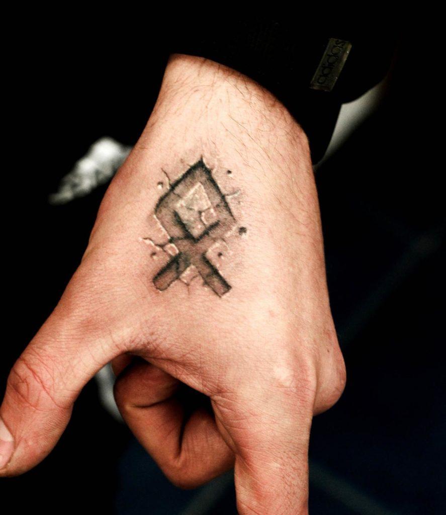 Татуировка в виде руны Отал
