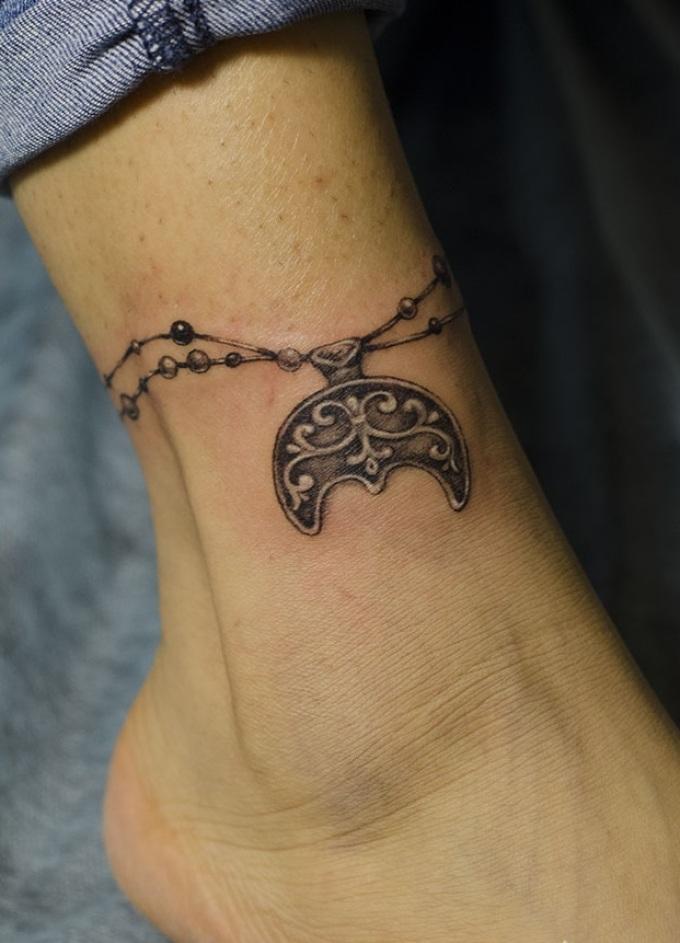 Татуировка с символом Лунница