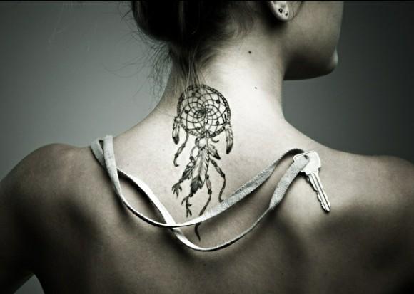 Татуировка в виде ловца снов на шее сзади