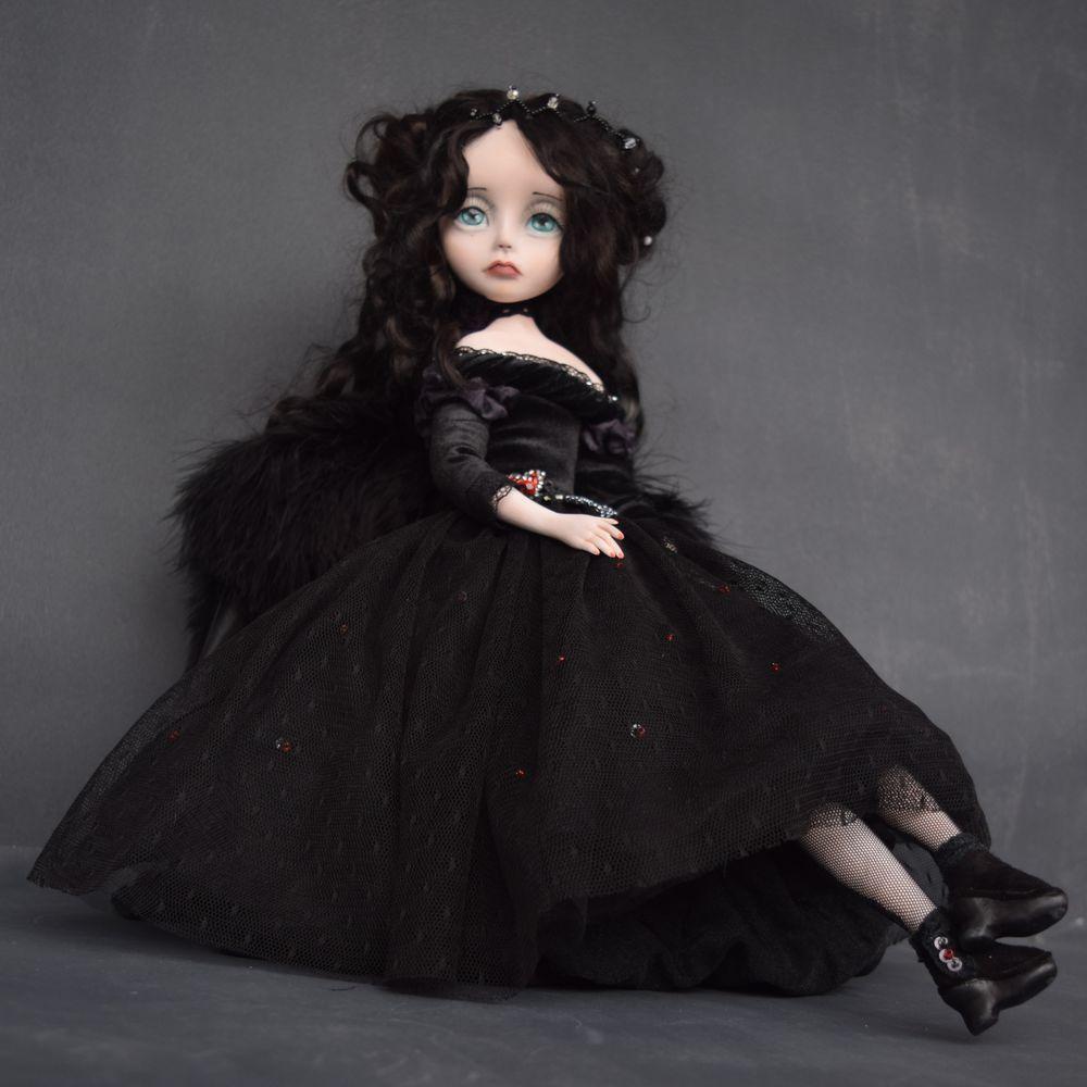Темноволосая кукла в чёрных одеждах