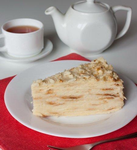 Торт Наполеон по Дюкану на плоском белом блюдце