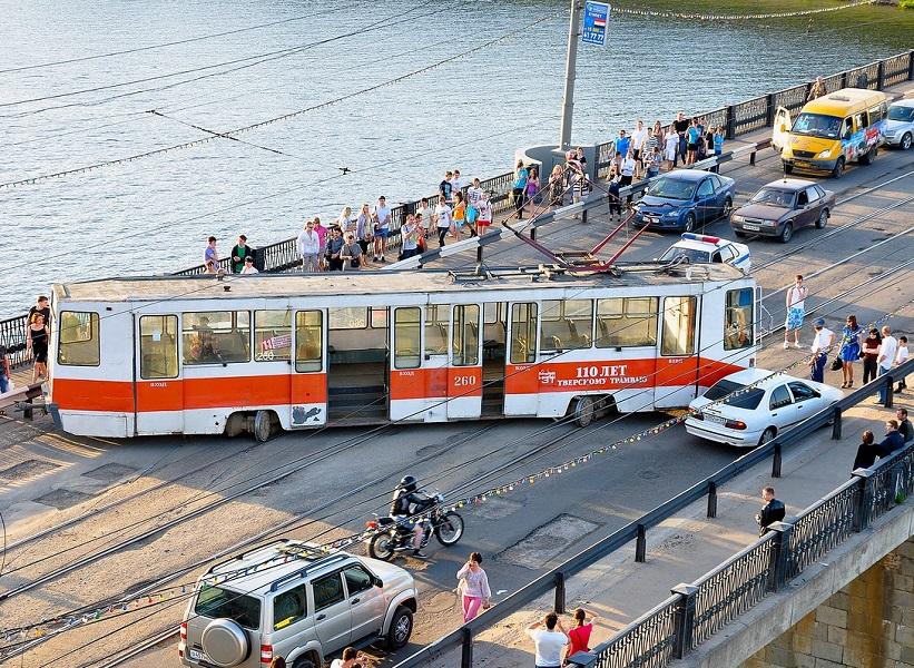 Трамвай сошёл с рельс