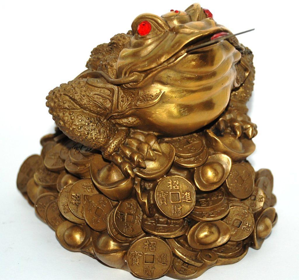 Трёхлапая жаба с монеткой