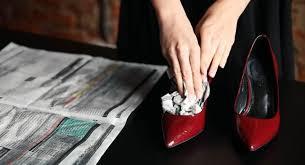 Растягивание туфель с помощью газет