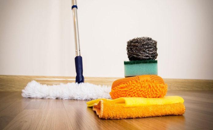 Швабра, тряпка и губки для уборки