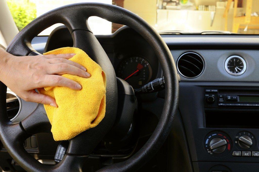 Удаление пыли с руля автомобиля