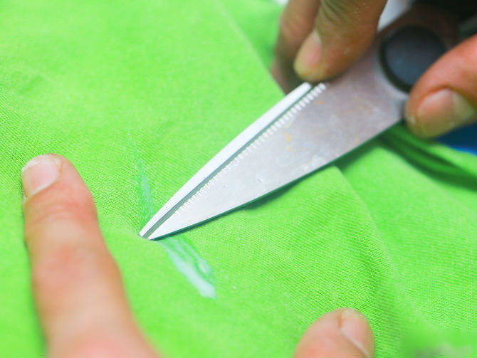 Удаление следов клея с ткани ножом