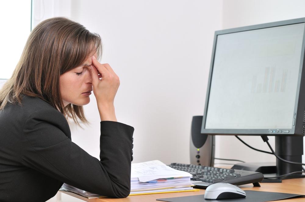 Девушка страдает от усталости на работе