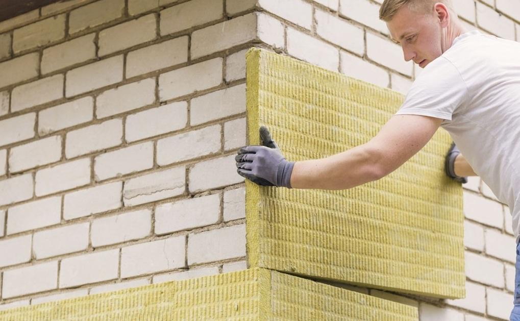 Утепляют фасад плитами из минеральной ваты