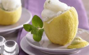 Подача мороженого в лимоне