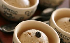 Подача шариков мороженого в кофейных чашках