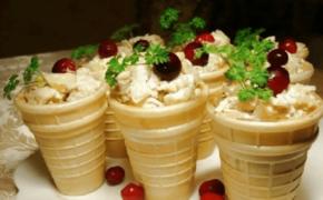 Вариан украшения и подачи мороженого с ягодами