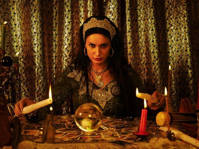 Ведьма совершает ритуал