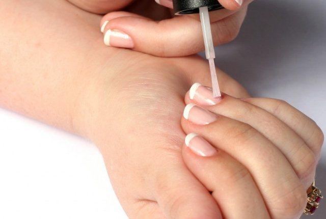 Нанесение верхнего покрытия на ногти