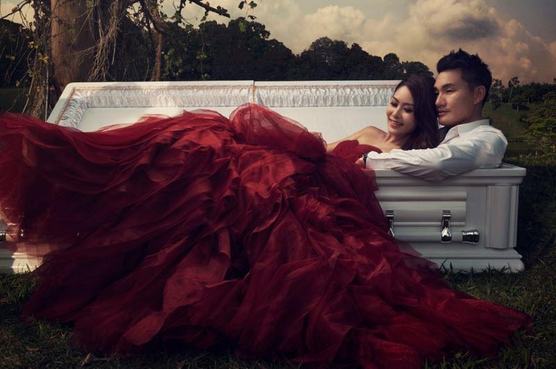 Влюблённые обнимаются в белом гробу