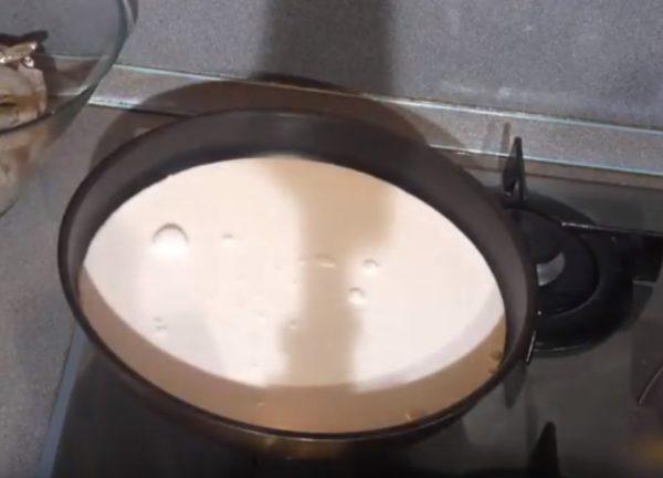 Вода с молоком в сковороде