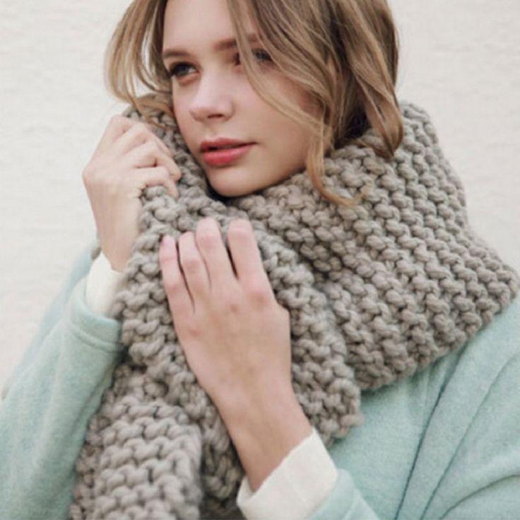 Вязаный шарф на девушке