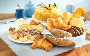 Выпечка и сладости на столе