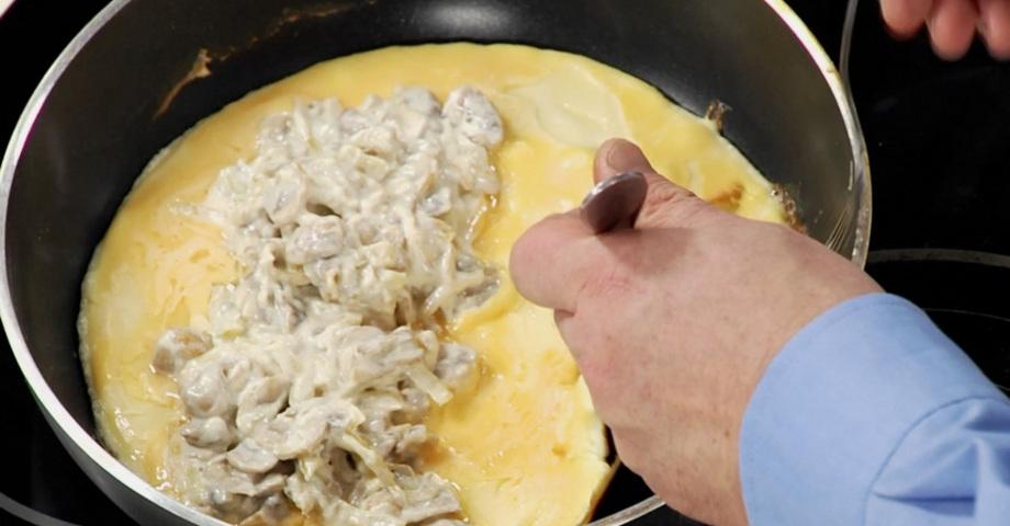 Яичная смесь с грибами на сковороде