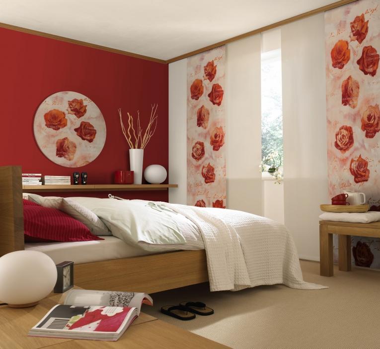 Японские экраны с яркими розами на окне спальни