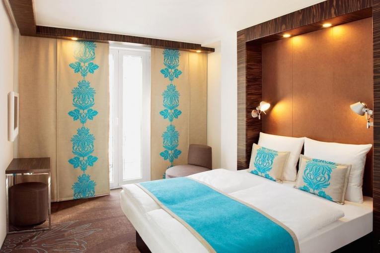 Японские шторы с голубым рисунком в спальне