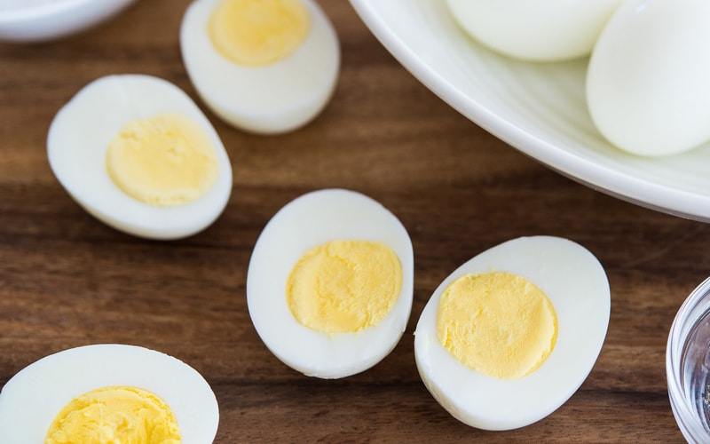 Яйца, сваренные для салата