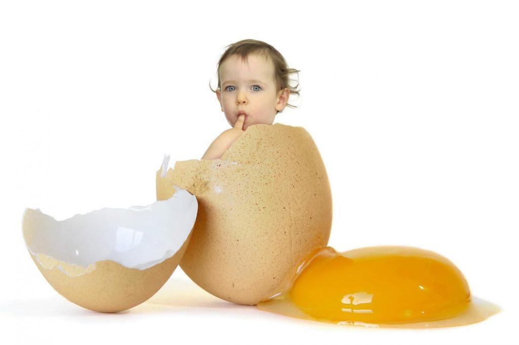 Ребёнок сидит в яичной скорлупе