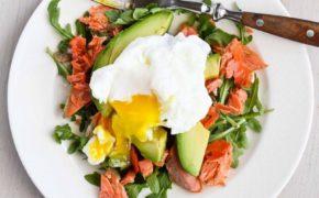 Яйцо-пашот с овощным салатом
