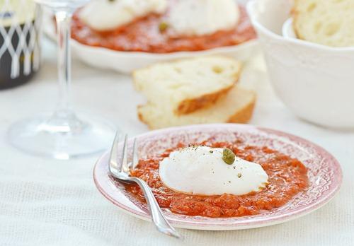 Яйцо пашот с томатным соусом