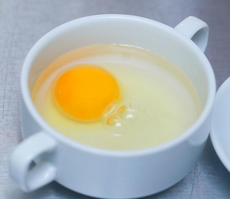 Яйцо в чаше с водой и уксусом