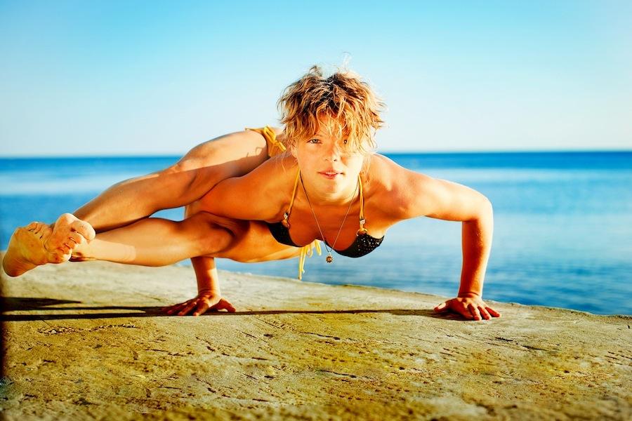 Девушка выполняет одну из поз йоги