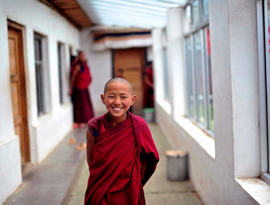 Юный тибетский монах улыбается
