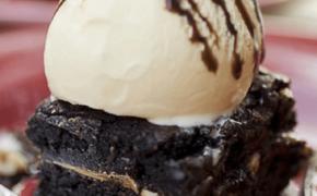 Подача мороженого с бисквитом