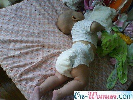 настольные, ребенок лежа на животе сильно трясет головой народу