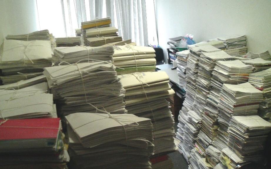 Заваленный бумагами стол